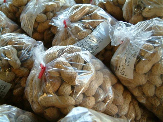 arašídy v polyetylenových sáčcích